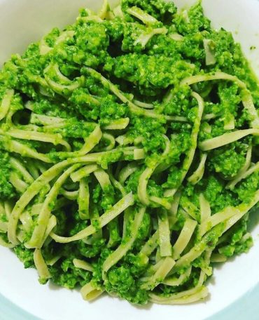 Pasta al pesto di rucola, zucchine e mandorle